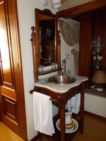 Hostal Alfonso: washbasin in room 201