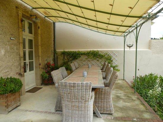 Maison Laurent: outside dining area