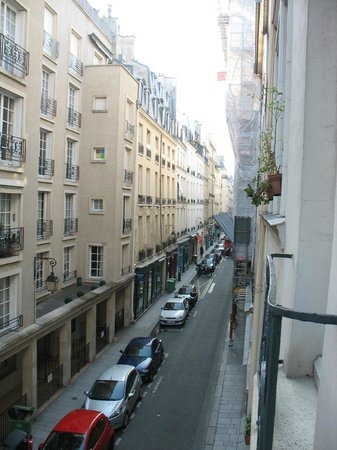 Hotel des Deux Iles : Small, busy street