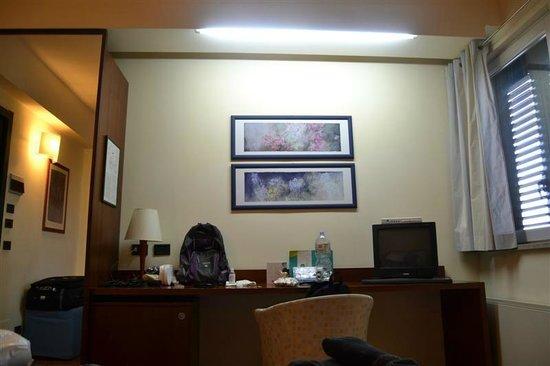 Hotel Montreal: Placard con espejo y escritorio