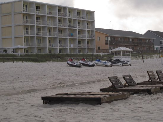 Sugar Sands Inn and Suites: beach to a section of hotel rear