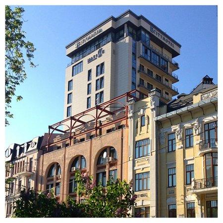CityHotel: здание отеля.