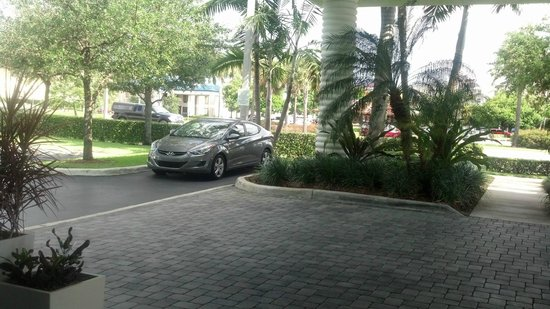 Holiday Inn Express Hotel & Suites Ft. Lauderdale Airport/Cruise: Exterior of hotel.. as you can see is very clean