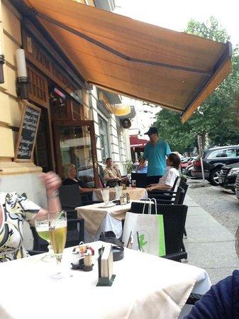 Zum Patzenhofer : Guest disturbing waitor