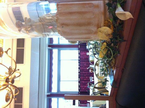 BEST WESTERN Hotel BeauSejour Lourdes: Salle petit déjeuner avec de magnifiques colonnes...