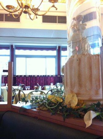 Best Western Hotel BeauSejour Lourdes : Salle petit déjeuner avec de magnifiques colonnes...