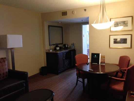 Embassy Suites by Hilton Alexandria-Old Town: Lounge area