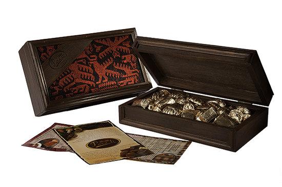 Para Ti Chocolates: Caja madera con tejido Jalq'a. Contiene 350 gr. de chocolates surtidos