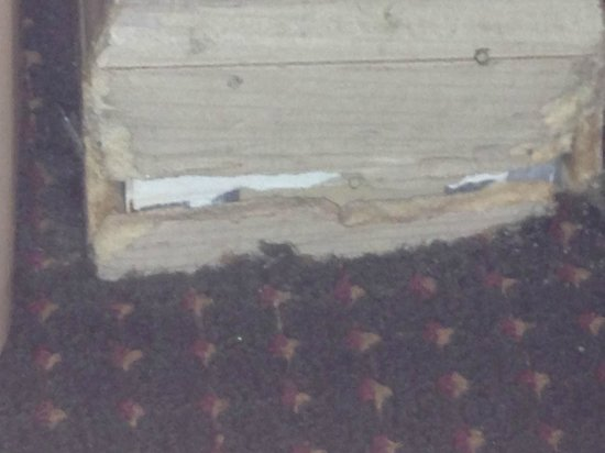 Ramada Pigeon Forge South: bottom of baseboards were falling apart