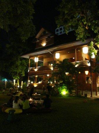Baan Jangrapor: Baan Jangarpor restaurant with garden