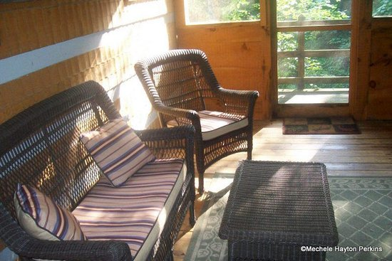 Timberwinds Log Cabins: Nice Screened in Sitting room-Porch