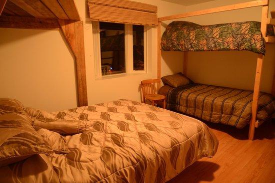 Auberge Algonquin: A room (1 Queen + 2 singles beds per room)