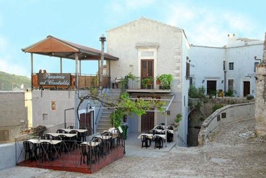 Locanda Al Castello: La pizzeria con i tavoli sulla piazza