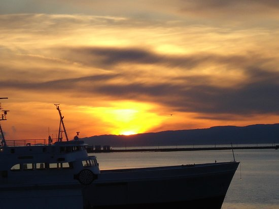 Red Lion Hotel Port Angeles: Fabulous sunset from 100 yards in front of the hotel
