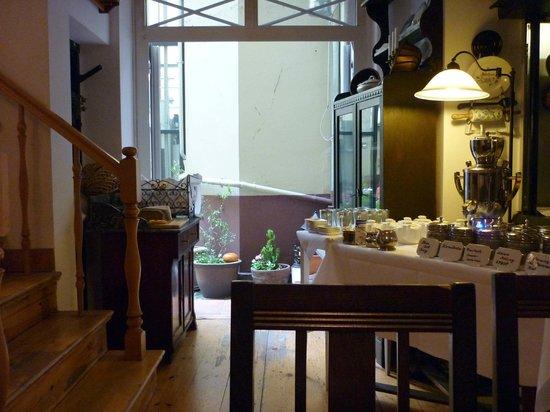 Hotel Altberlin: Breakfast bar and courtyard