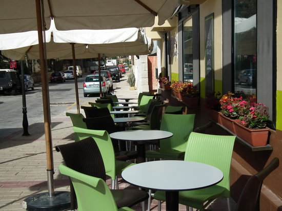 Xemxija Cafe: The outside seating on the side of the lounge