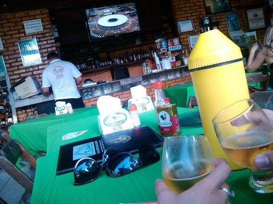Pacoti, CE: Balcão, tv e mesa do restaurante.
