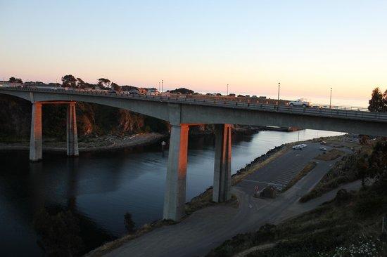 Harbor Lite Lodge : bridge crossing harbor