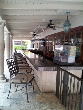 Windward Passage Hotel: Bar with Drinks at Windward Passage