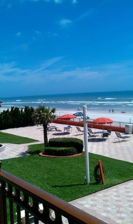 La Quinta Inn & Suites Oceanfront Daytona Beach: Hotel grounds were kept very nice and clean!!!