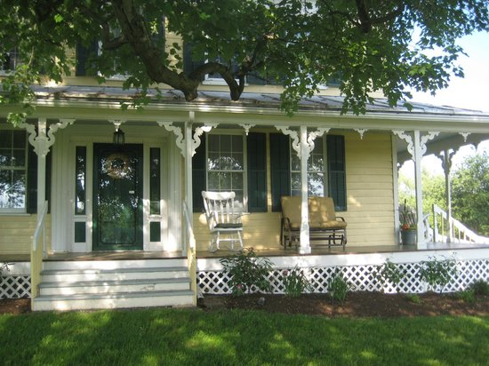 The Deer Watch Inn: beautiful wrap around porch
