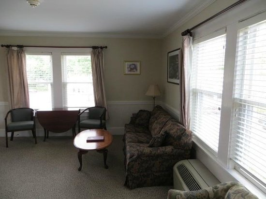 Eastern Slope Inn: picture of living area room 227, newly remodeled, great view
