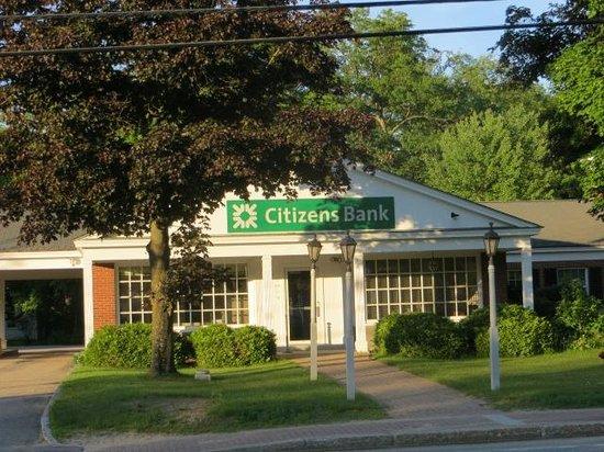 Eastern Slope Inn: Citizens Bank directly across the street