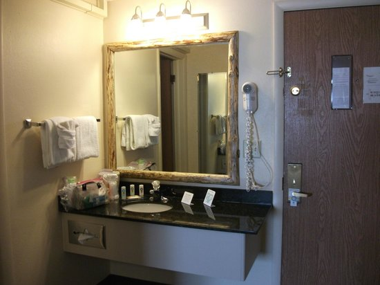 Quality Inn & Suites: Unusual wood frame mirror