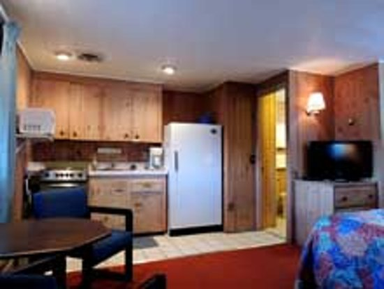 Belknap Point Motel: one of the efficiency kitchens