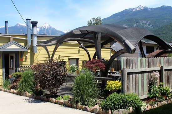BlueBelle Bistro & Beanery: Garden patio in the sun