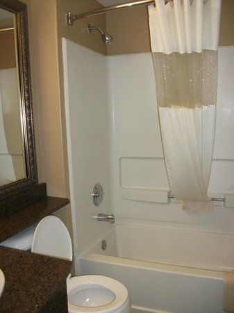 Quality Inn - Ocean Shores: Clean Bathroom