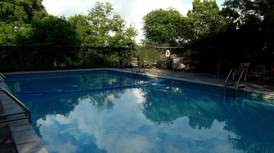 Briar Patch Bed & Breakfast: View of pool from pool deck