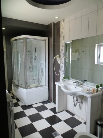 Areos Hotel: Bathroom of the top floor suite