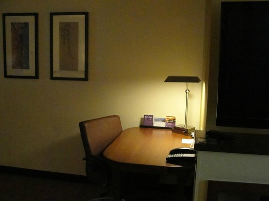 Hyatt Place Salt Lake City Airport: Suite desk area