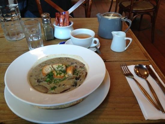 Manuka: sopa de jamón ahumado y champiñones