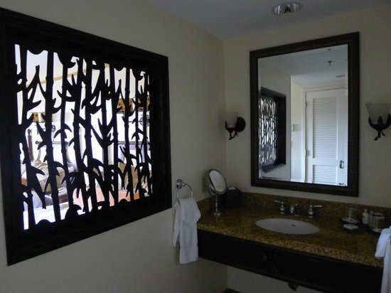 Loews Royal Pacific Resort at Universal Orlando: stylish screen separating sink from room
