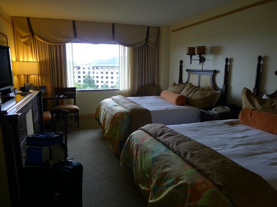 Loews Royal Pacific Resort at Universal Orlando: comfortable beds with quality linen