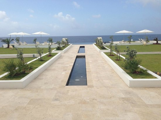 The Trident Hotel : Leading to the Infinity Pool