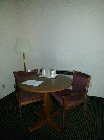 Budget Host Inn: Sitting area