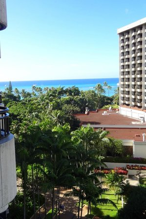Hale Koa Hotel: View of the grounds and the ocean from our partial ocean view room