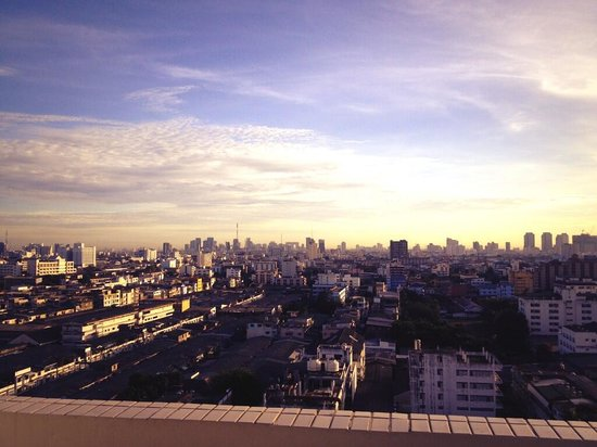 B.U. Place Hotel Bangkok: The Morning Sunrise outside the balcony in the hotel. Can you believe this is at 0615.