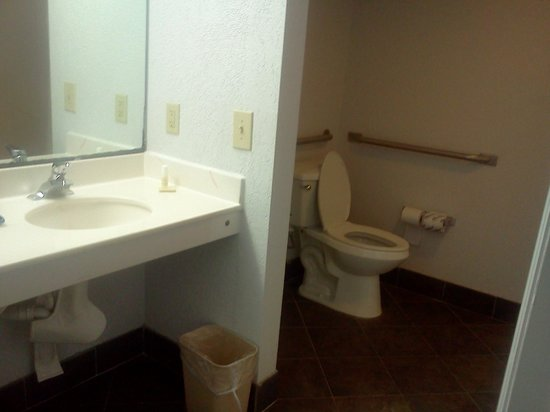 Regency Inn & Suites: Jumbo 2 room bathroom
