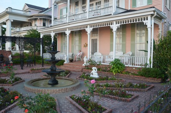 Riverside Bed and Breakfast: Front Garden @ Riverside B&B
