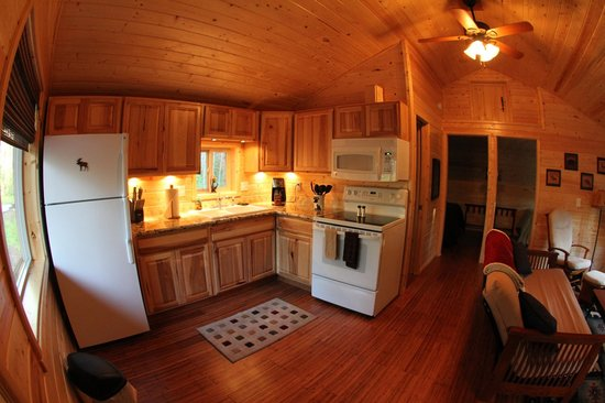 Reclusive Moose Cabins: Kitchen