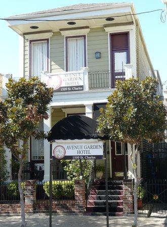 Historic Streetcar Inn: Street view of the hotel