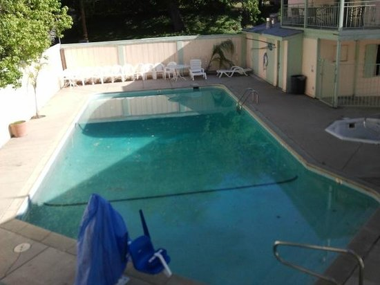 Rodeway Inn Redding: view of the pool with scum