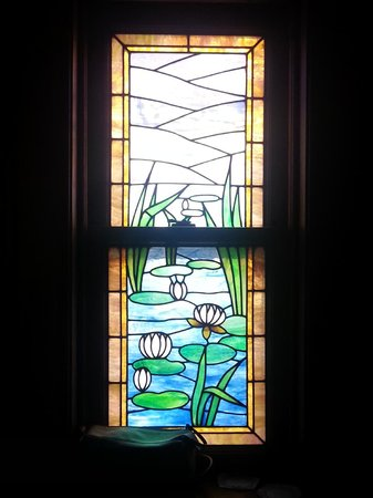 Mandolin Inn Bed and Breakfast: Stained glass window: lillies