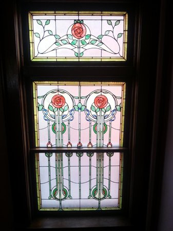 Mandolin Inn Bed and Breakfast: Stained glass window: roses