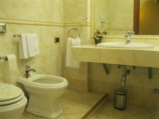 Hotel 2000 Roma: Spacious bathroom