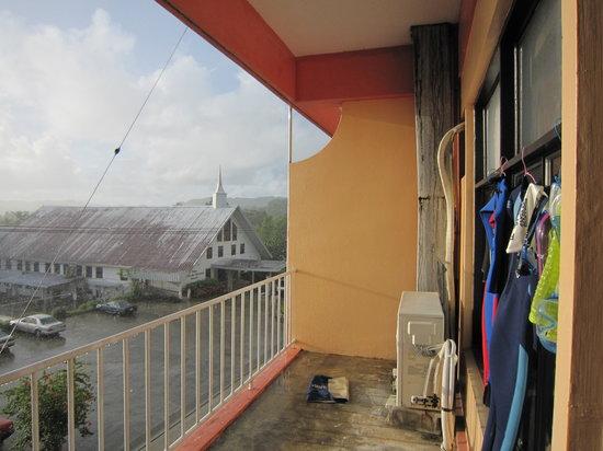 VIP Guest Hotel: ベランダは広く、洗濯物も干せます。エアコンの室外機の前にシューズを置いておくと翌日には乾いてました。